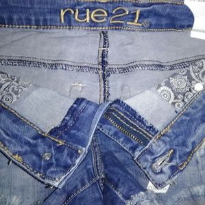 RUE 21. (CURVY LOW RISE SHORTIE)